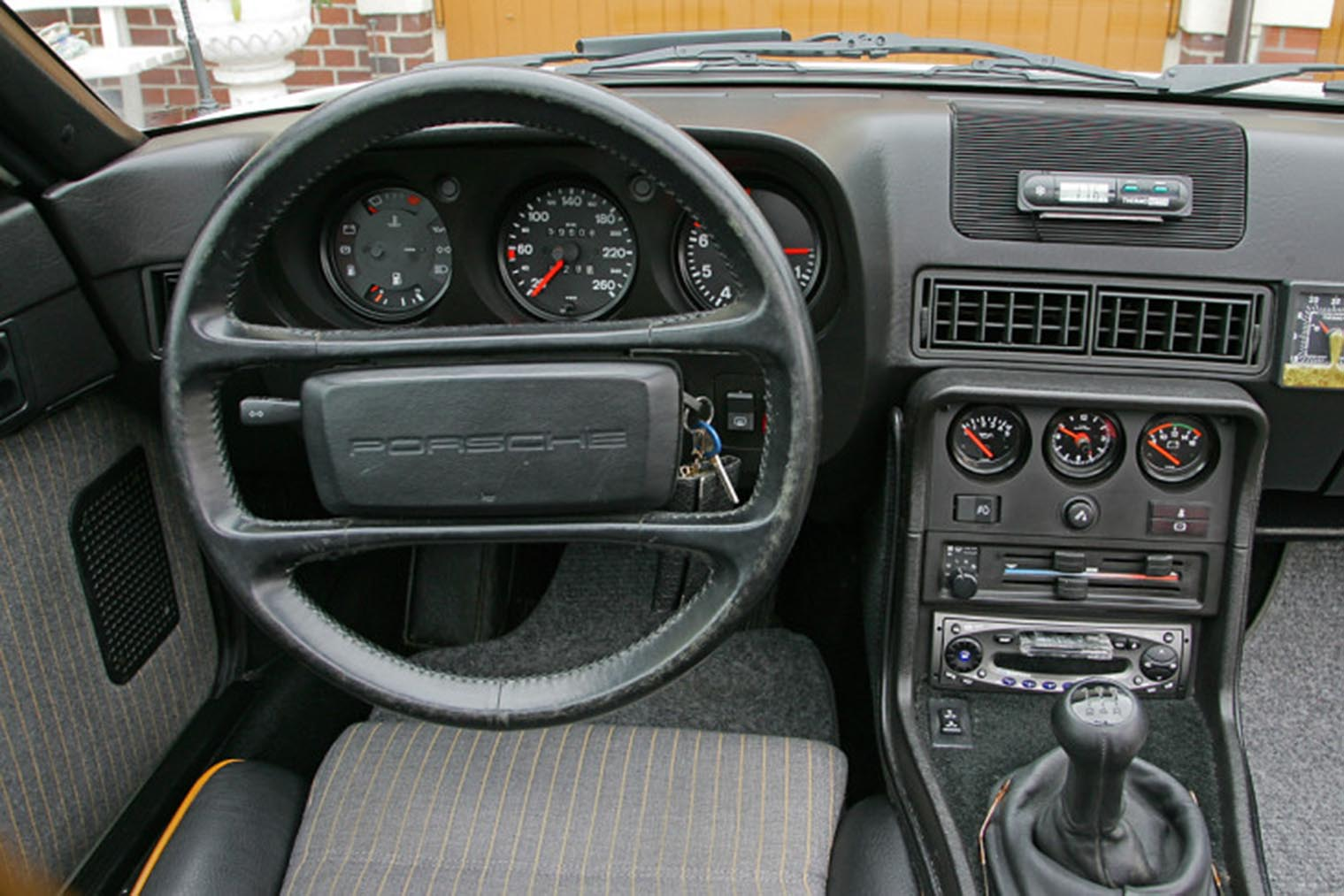 Porsche-924-S-innen.jpg